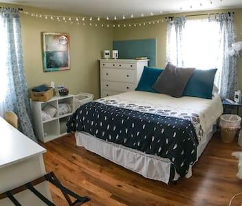 Long term artsy room, comfy & quiet, near Dulles!