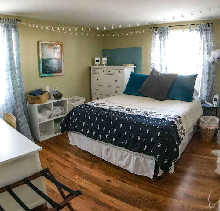 Long term artsy room, comfy & quiet, near Dulles!