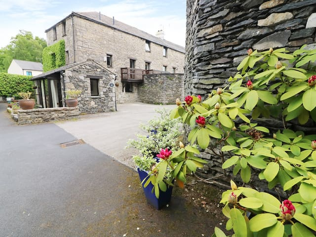 THE HAYLOFT, character holiday cottage in Lindale, Ref 931263