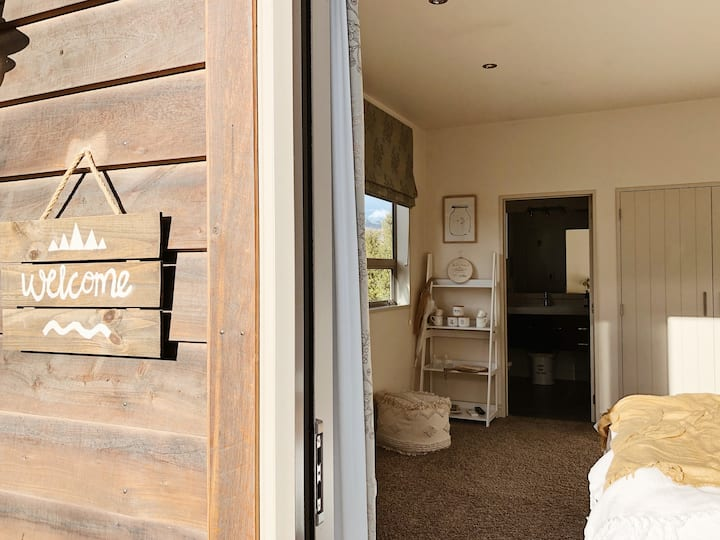 Cottage Chic Alpine Suite with private entrance