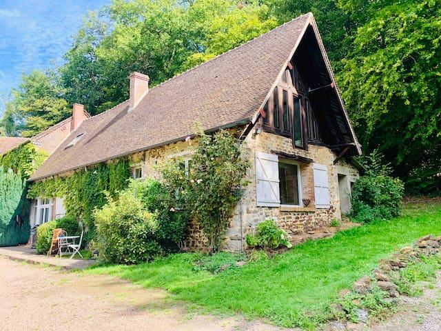 Maison d'amis (80m2) - Petite maison dans le prolongement de la bâtisse principale avec accès indépendant.