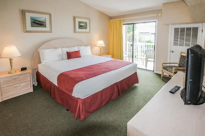 Comfy King Bed! - Players Club Resort