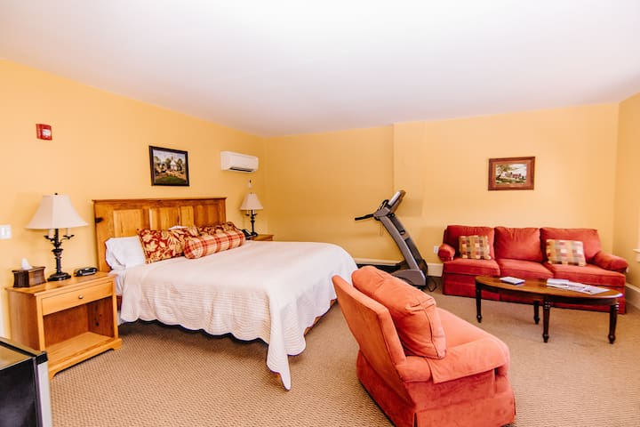 Commonwealth Suite - A Spacious Getaway Suite to Rest & Relax