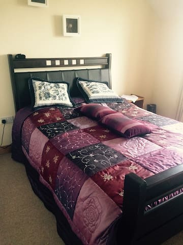 Double bedroom with ensuite. Well located - Ennis - Dom