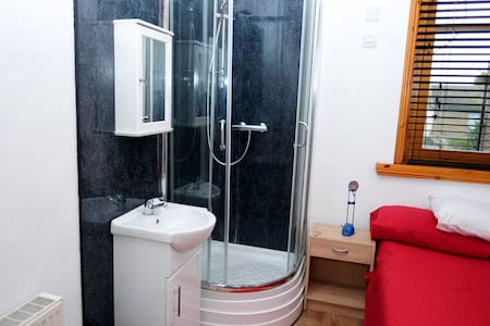 shrimp terrace 2 with own shower - Sheerness - House