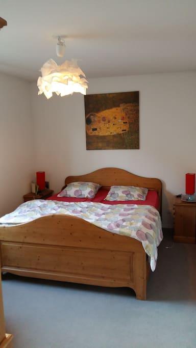 chambre adulte avec lit large