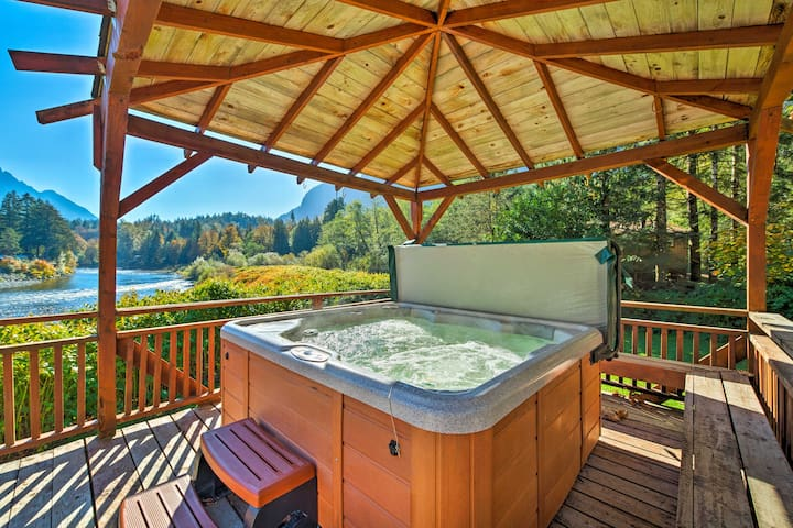 NEW! Riverfront Index Home 30 min to Stevens Pass!