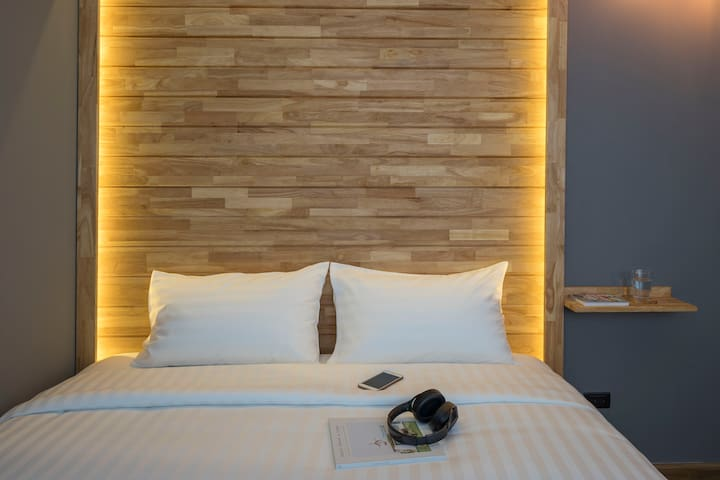 Timber Hostel: Deluxe Bedroom w/ shared bathroom