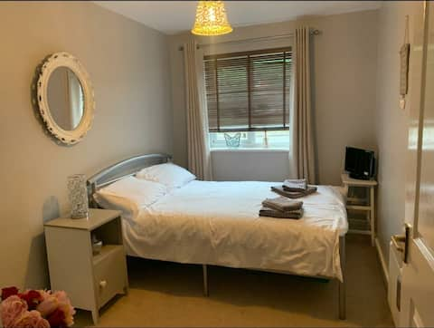 Private room 1 bedroom superb location.