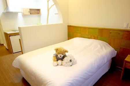 너무 편안한 더블침대입니다! 투  매트리스로 하나 내려놓고 사용하시면 최대 4명까지 묵을 수 있어요:) This bright room has a wide bed with a soft mattress. There are two mattresses in total, so if you put one down on the floor, maximum 4 people can stay together :)
