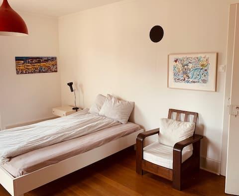 Ruhiges, grosses und schönes Zimmer mit Parkplatz