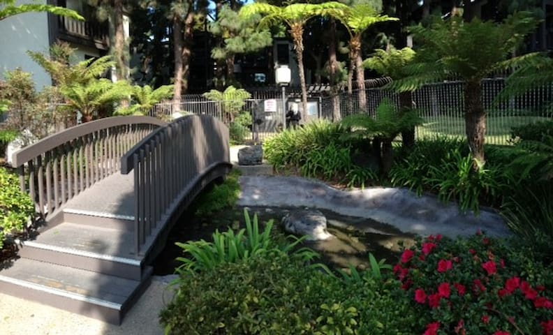 Beautiful gated condo by LAX/Beach 24hr security.