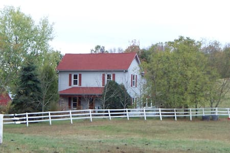 Quiet Country Farmhouse on 400 acres - Harrodsburg - Hus
