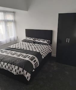 rooms in a smi  detached  house £25 night 1 room