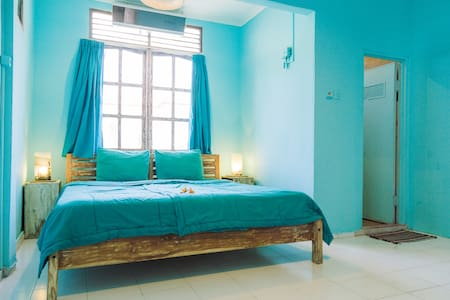 AC room, kitchen, bath, relax area & local vibes! - North Kuta