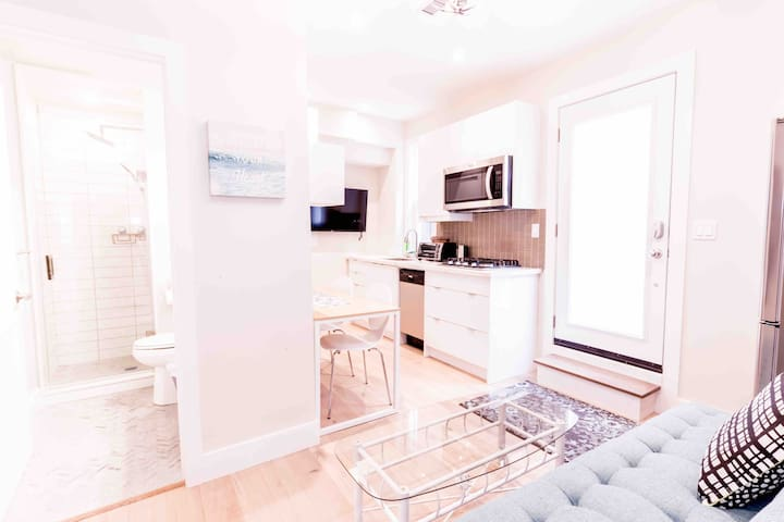 Cute and Cozy Apt in the heart of QUEEN WEST