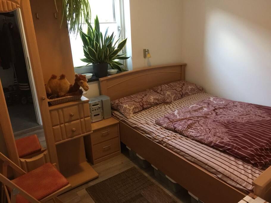 Und weil es so schön ist - hier noch ein naher Blick auf die schöne Bettwäsche. Dieser Raum ist bei Bedarf abschließbar. :-)