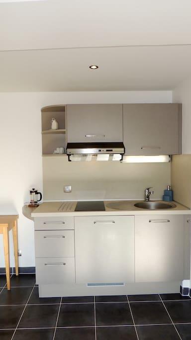 Cuisine : plaque vitrocéramique, microonde, réfrigérateur/congélateur