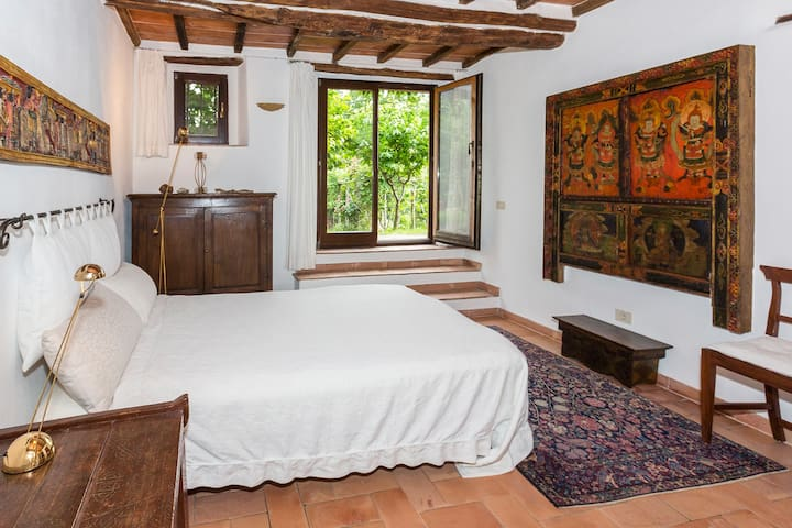 Schlafzimmer mit großer Fenstertür in den Garten -  Bedroom with large French door to the garden