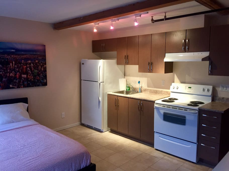 The studio comes with a complete kitchen.