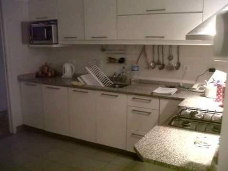 Cocina totalmente equipada (incluye lavadora y secadora de ropa).