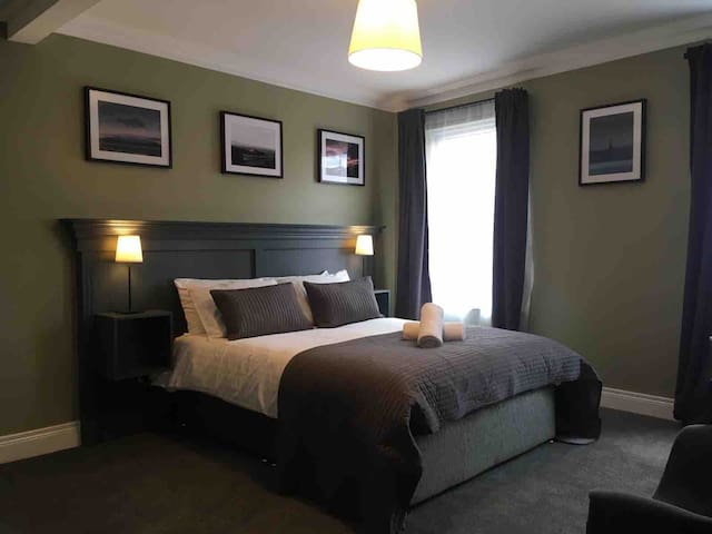 SUPERB DOUBLE ENSUITE ROOM IN NO.5, QUEENS QUARTER