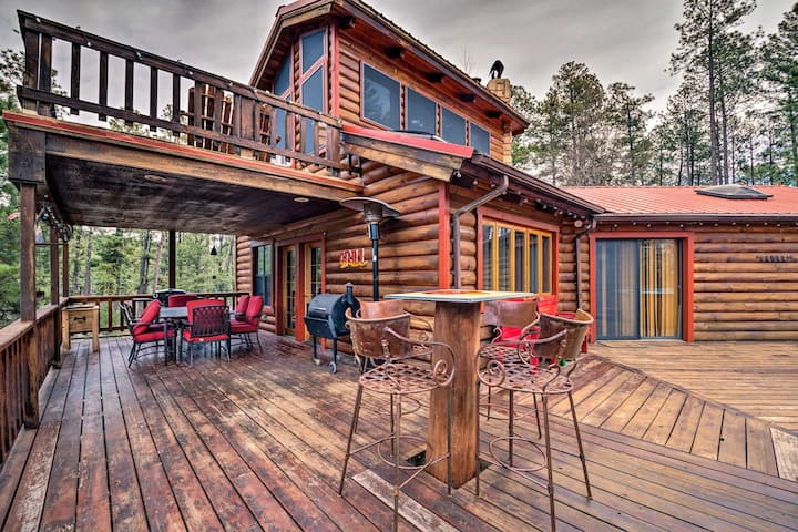 Unique 'Bear Country Cabin' in Ruidoso w/ Hot Tub!