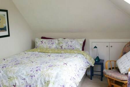 Sunny private bedroom w/en-suite & castle view