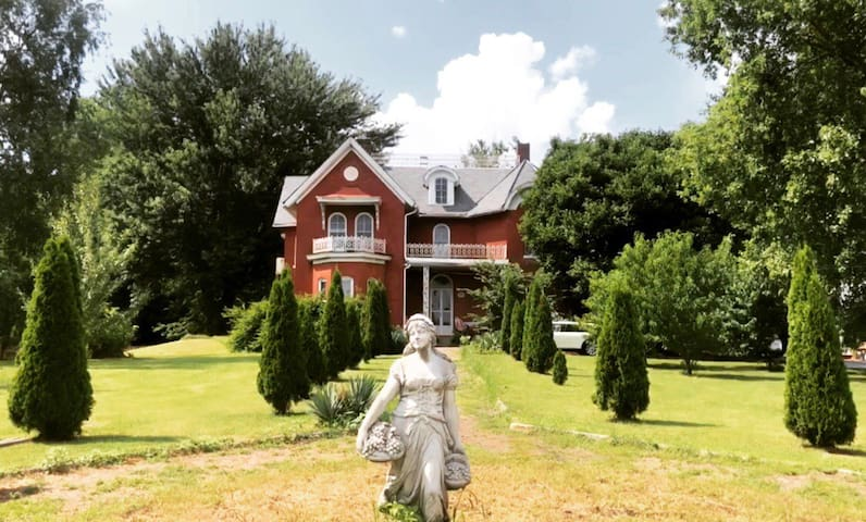 Historic Victorian home only 50 mi from Nashville!