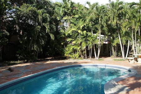 Secluded cottage, pool, big yard, near LasOlas - Fort Lauderdale