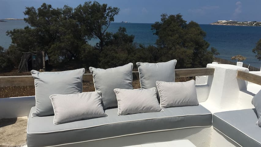 Maison cycladique au bord de l'eau avec vue mer
