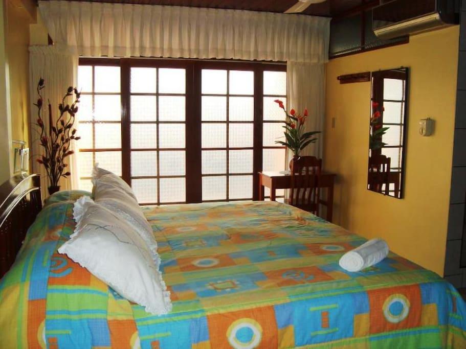 Habitación Suite con terraza en cuarto piso con panorama a la ciudad.