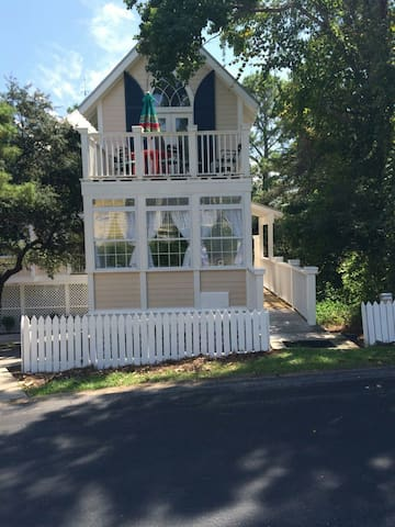 Carriage House 1.5 bed/1 bath located off 30A