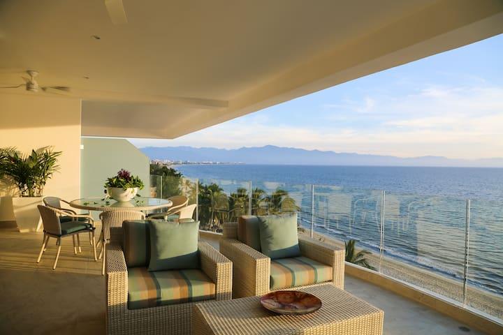 Casa Mia. Beachfront condo with extraordinary view