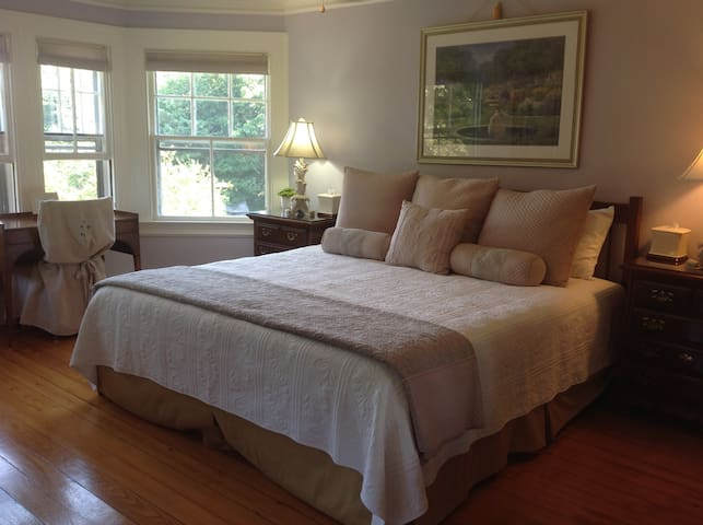 """KENNEBEC"" BDRM-king bed w/sm bath ensuite"