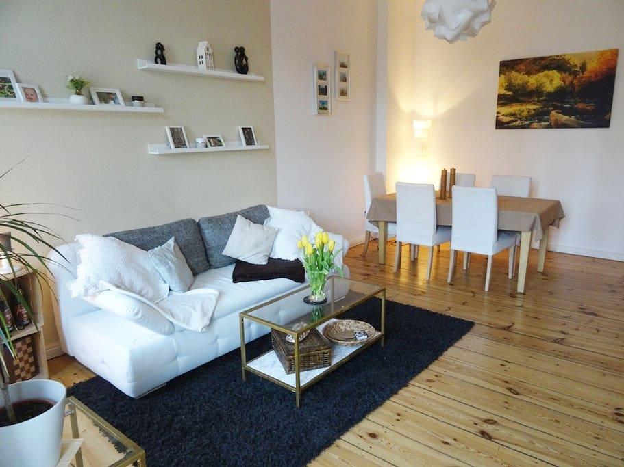 Dein privates Zimmer (mit gemütlicher Auszieh-Couch + komfortabler Luftmatraze nach Bedarf)