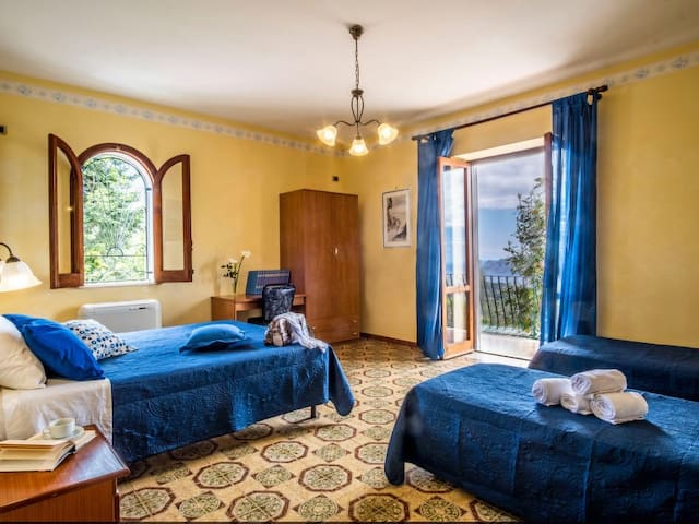 Quadruple room (1 double and 2 single beds) - access to the balcony with sea view on Capri