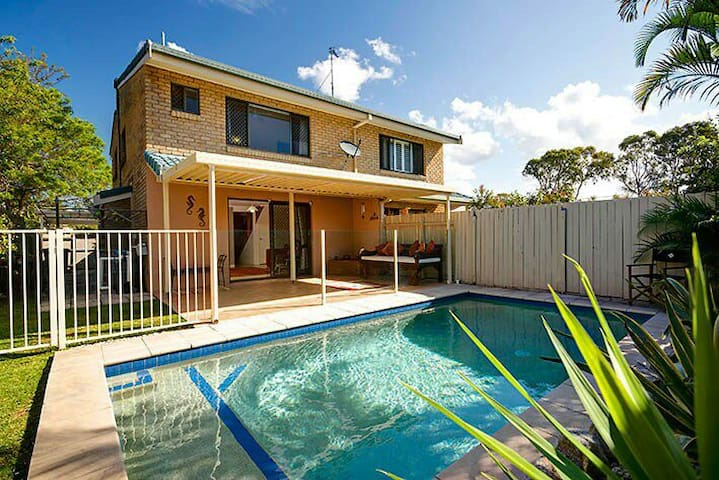 3bed with pool one block from water - Maroochydore
