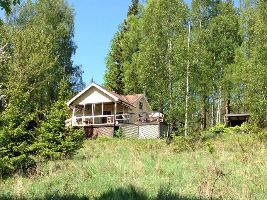 Huvudbyggnad sedd från grusvägen nedanför
