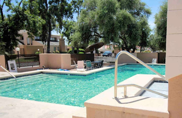 Beautiful and quiet condo close to Tucson's best!