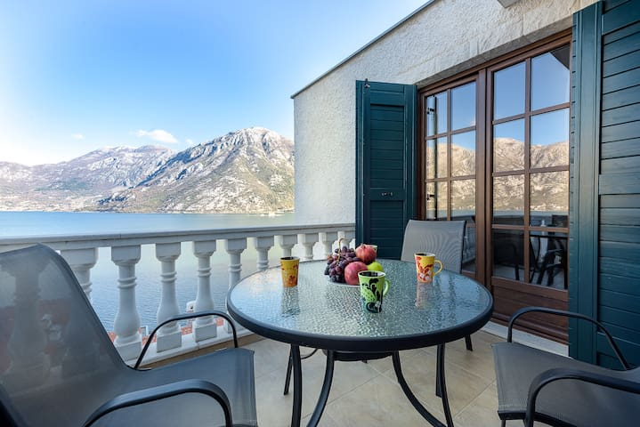 1-bedroom apartment with beach, Perast views