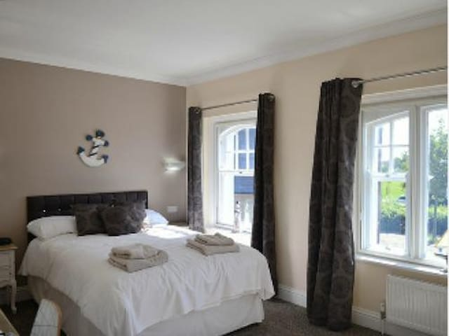 Queen Phillippa B&B - Twin Room Large En-suite