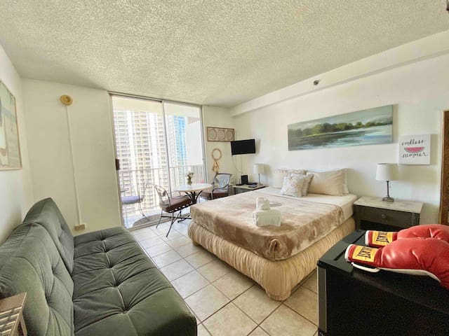 High End Class WAIKIKI Pool  AC  Kitchen + View