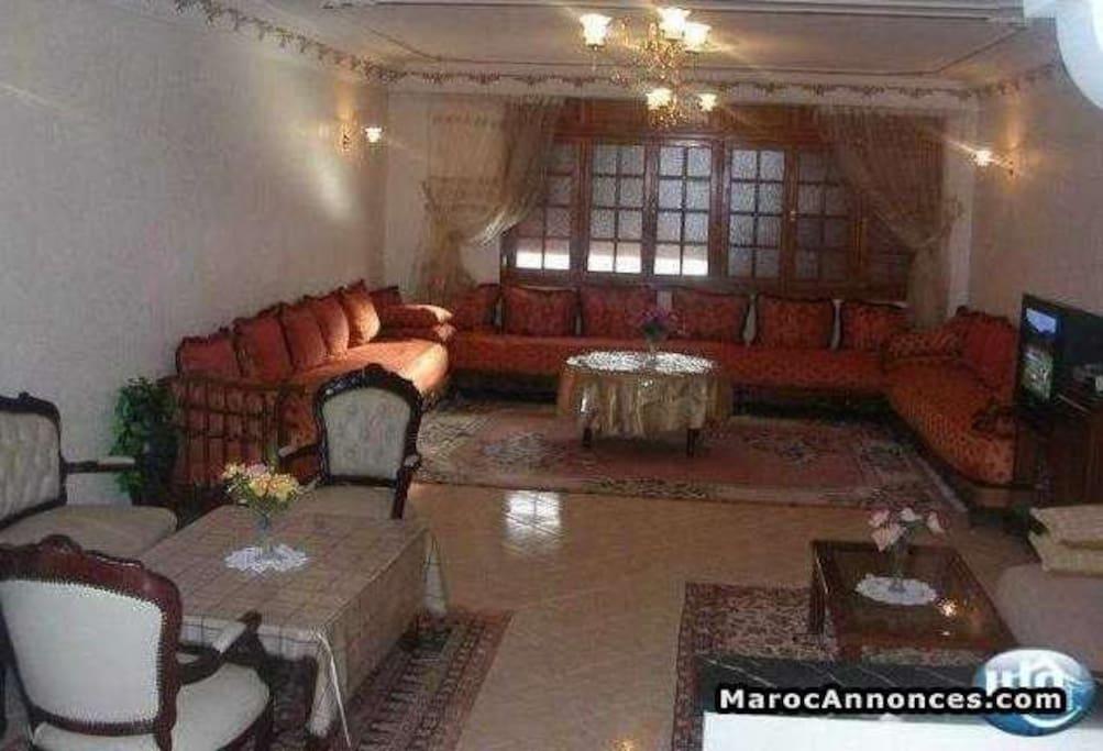 autre vue du même salon (traditionnel marocain et fauteuils)