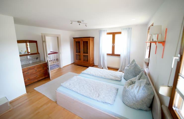 Großes Schlafzimmer mit Doppelbett 200x200cm