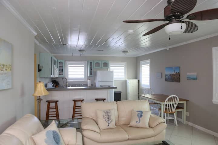 Cottage in Manatee Pocket - Walk To Everything!