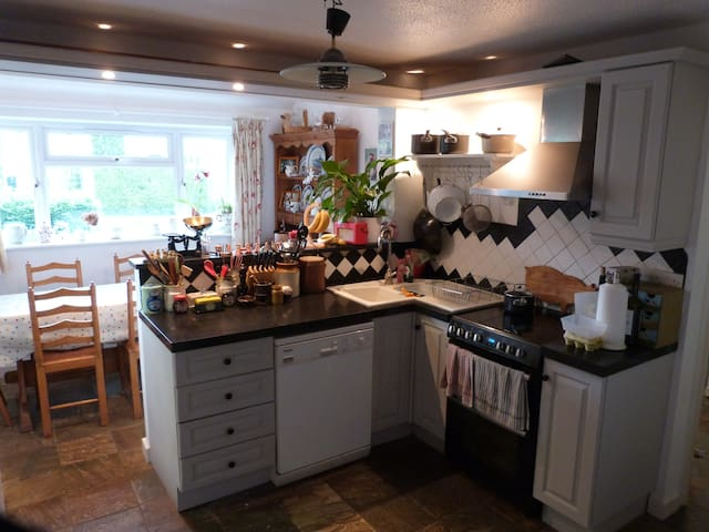 Family-friendly house in centre of Kintbury - Kintbury - Casa