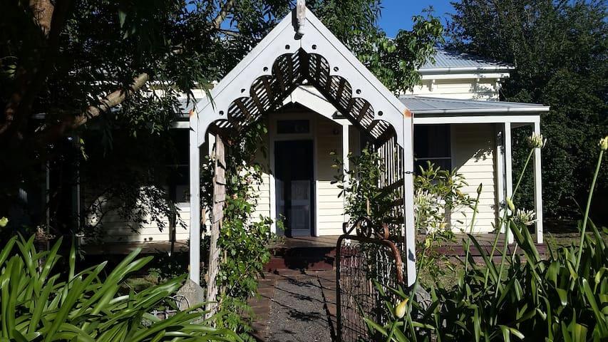 Delightful Little House in Birregurra