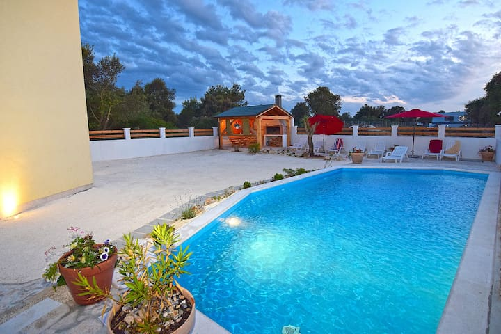 House with private pool for 8