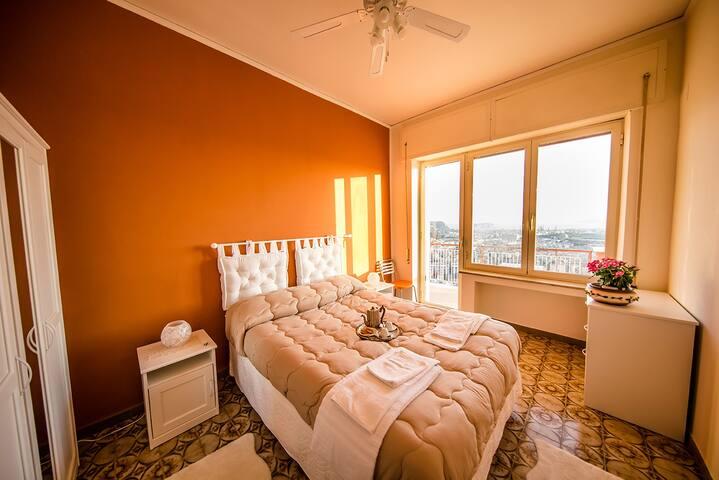 Luminosa Orange Room in B&B Caravaggio Domus